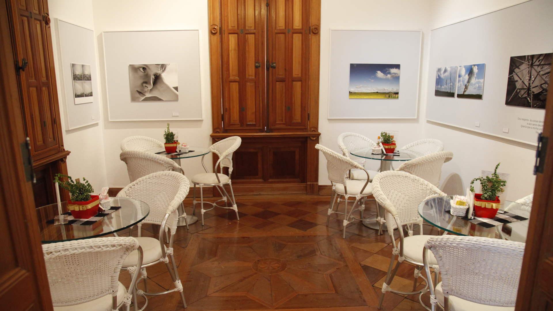 Interior do Café Galeria, que funciona no Chalé Cristiano Osório, no IMS Poços / Acervo IMS