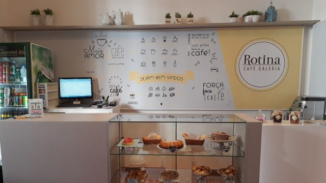 Interior do Rotina Café Galeria, que funciona no Chalé Cristiano Osório, no IMS Poços / Acervo IMS