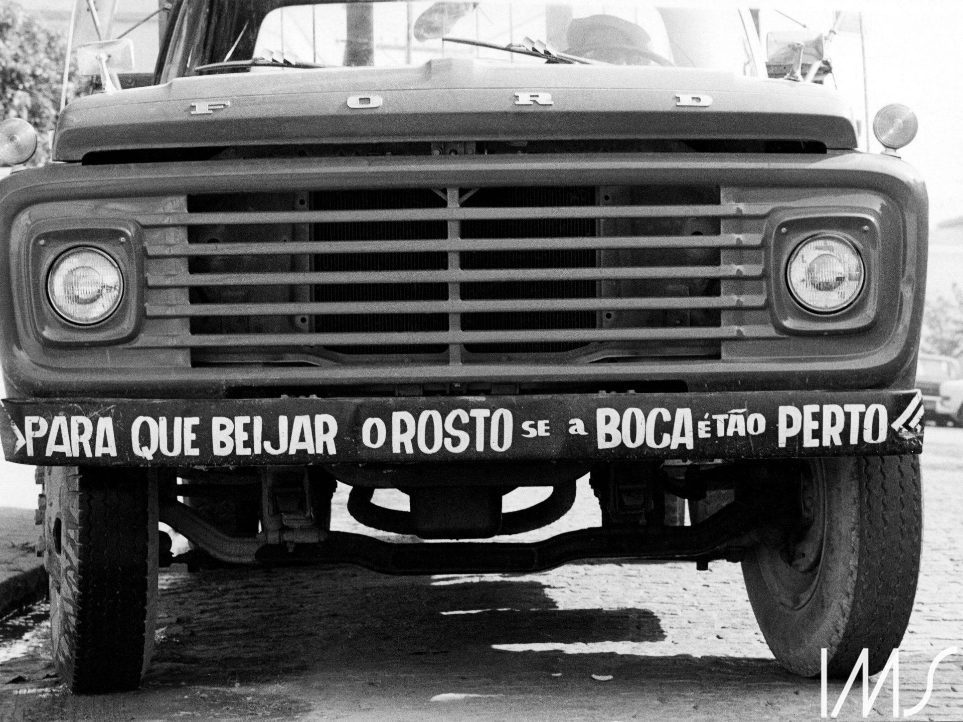 """Frase """"Para que beijar o rosto se a boca é tão perto"""" inscrita em para-choque de caminhão"""