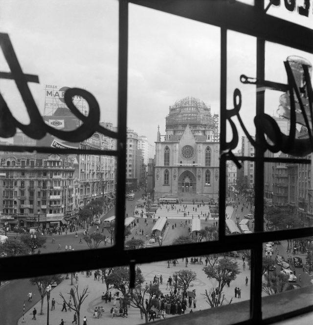 Praça da Sé, com a cúpula e as torres da Catedral Metropolitana (em construção). São Paulo, SP, 1953. Foto de Alice Brill / Acervo IMS