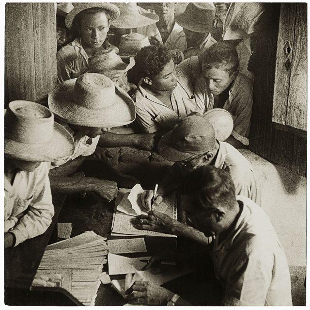 Recrutamento da população para as frentes de trabalho. Interior do Ceará, 1958. Foto de Luciano Carneiro/ Acervo Instituto Moreira Salles/IMS