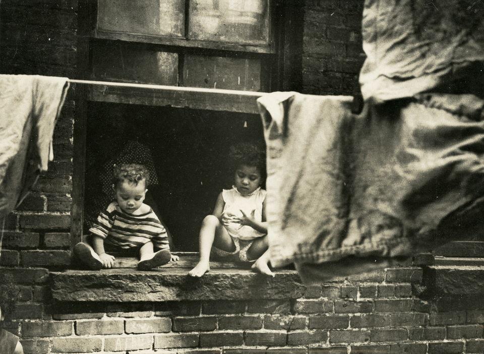 Henri Ballot. Família de Ely-Samuel Gonzalvez na rua Rivington, no Bowery, Nova York, 1961 (Acervo IMS)