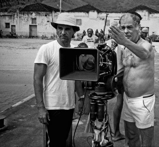 Nelson Pereira dos Santos orienta cinegrafista durante filmagens de <em>Memórias do Cárcere</em>, 1984. Dois Rios; Ilha Grande, Angra dos Reis, RJ (José Medeiros/Acervo IMS)