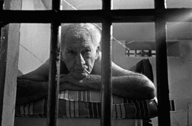 O ator Jofre Soares em cenário do presídio, durante filmagens de <em>Memórias do Cárcere</em>, 1984.  Dois Rios; Ilha Grande, Angra dos Reis, RJ (José Medeiros/Acervo IMS)