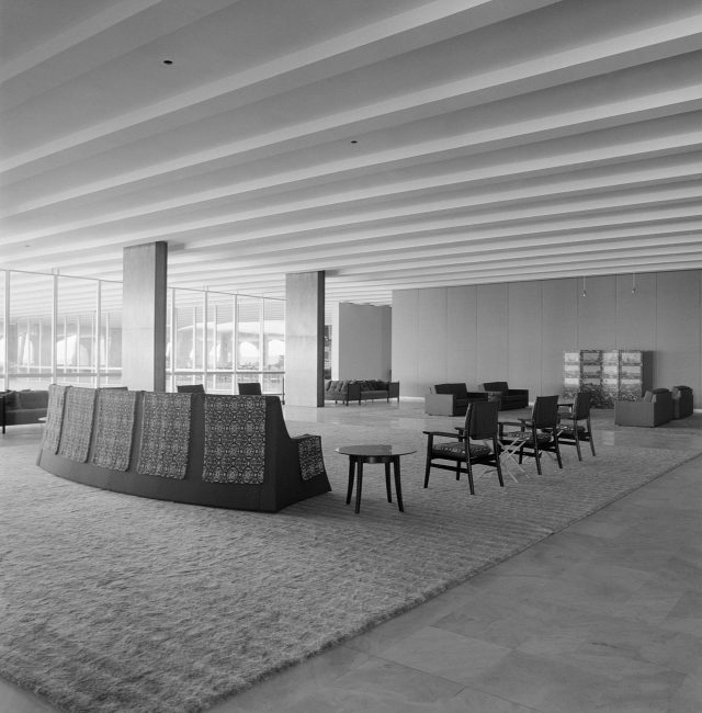 Jorge Hue e Bernardo Figueiredo: sofá Rei no Salão de Honra do Palácio Itamaraty. Brasília, DF, c. 1968. Foto de Marcel Gautherot / Acervo IMS