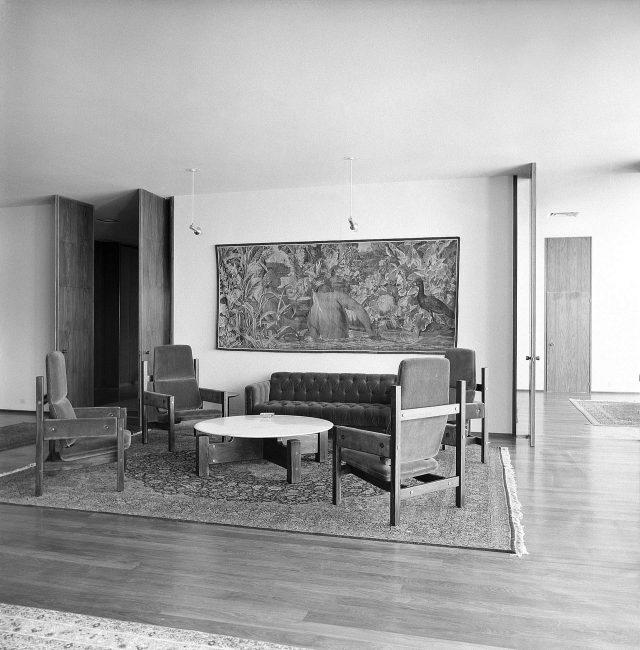 Mobiliário de Sérgio Rodrigues e tapeçaria do século XVIII no Gabinete do Chanceler do Palácio Itamaraty. Brasília, DF, c. 1968. Foto de Marcel Gautherot / Acervo IMS