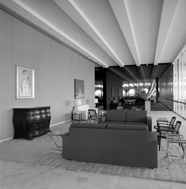Bernardo Figueiredo e Jorge Hue: disposição casual do mobiliário no Pequeno Salão do Palácio Itamaraty. Brasília, DF, c.1968. Foto de Marcel Gautherot / Acervo IMS