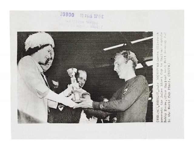 Rainha Elizabeth entrega a taça a Bobby Moore  (Arquivo Diários Associados/Acervo IMS)