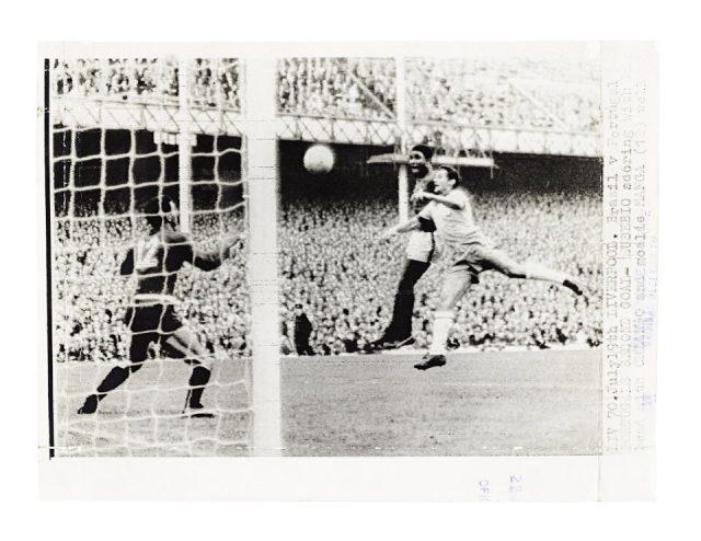 Eusébio cabeceando para marcar contra o Brasil (Arquivo Diários Associados/Acervo IMS)