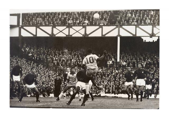 Pelé subindo para cabecear contra Portugal (Arquivo Diários Associados/Acervo IMS)