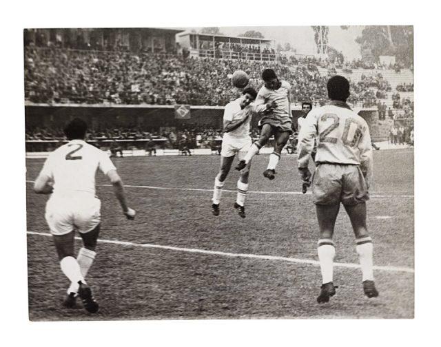 Gol de cabeça de Garrincha contra a Inglaterra (Arquivo Diários Associados/Acervo IMS)