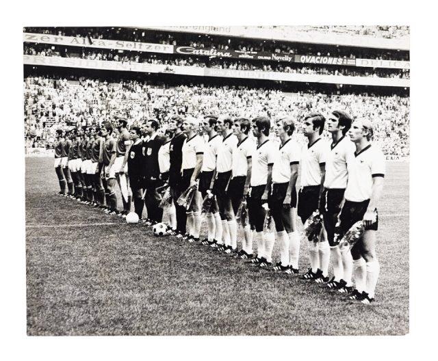 Itália e Alemanha Ocidental perfiladas para o hino na semifinal (Arquivo Diários Associados/Acervo IMS)