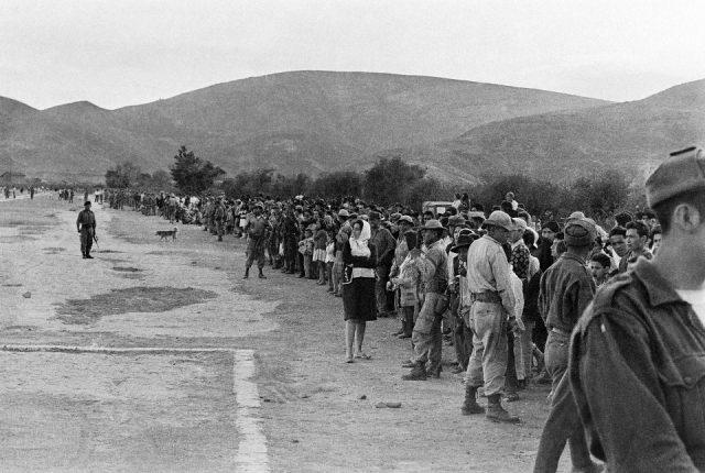 Multidão aglomerada para ver do corpo de Che Guevara, 9/10/1967. Vallegrande, Bolívia (Antônio Benedito Moura/Acervo IMS)