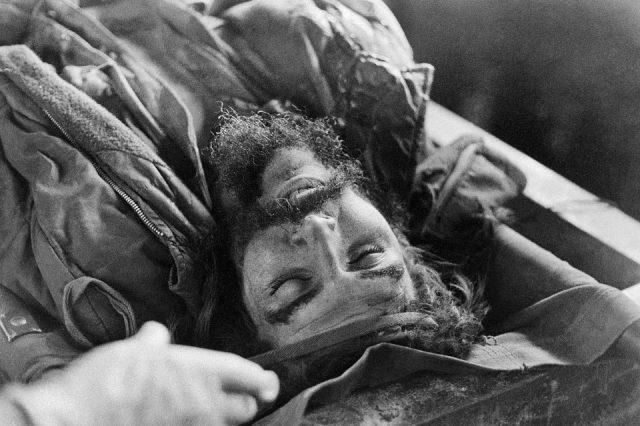 Fotografias do corpo de Che Guevara, 9/10/1967. Vallegrande, Bolívia (Antônio Benedito Moura/Acervo IMS)