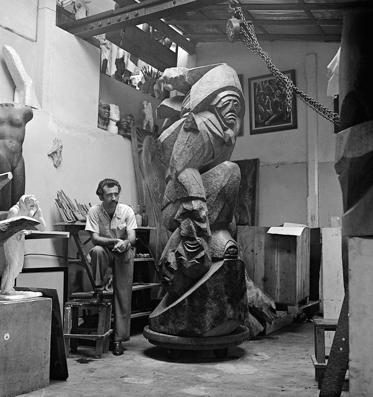 """Mario Cravo Júnior e sua obra """"O Cangaceiro"""", 1953. Salvador, Bahia - Brasil. Foto de Alice Brill/ Acervo IMS"""