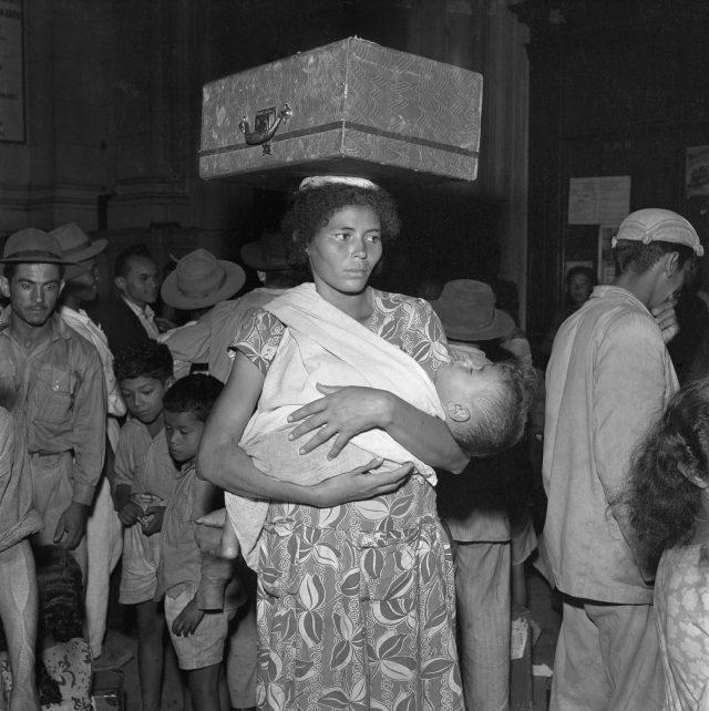 Retirantes, 1952. São Paulo. Foto de Henri Ballot / Acervo IMS