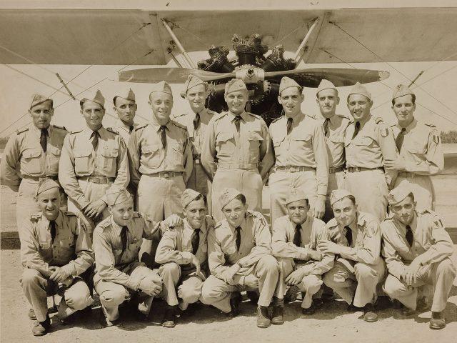 Ballot (último em pé, à direita) com outros pilotos durante a guerra. Arquivo Henri Ballot / Acervo IMS