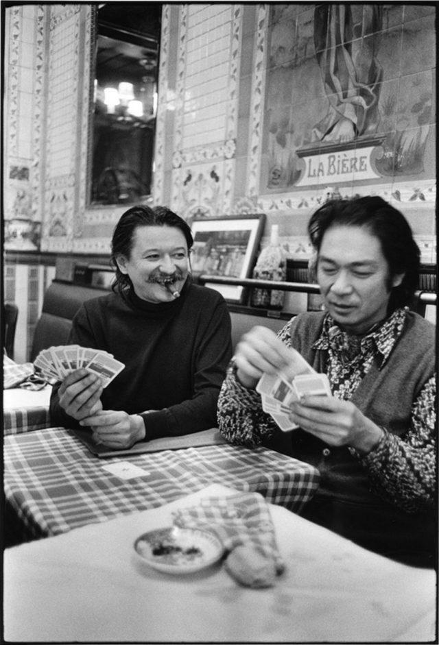Sérvulo Esmeraldo e Flávio Shiró. La Potée des Halles, rue Étienne Marcel. Paris, 1974 © Alécio de Andrade