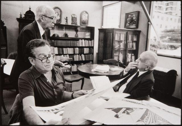 Américo Jacobina Lacombe (de pé), Fernando Sabino e Otto Lara Resende. Fundação Casa de Rui Barbosa, Rio de Janeiro, 1985 © Alécio de Andrade
