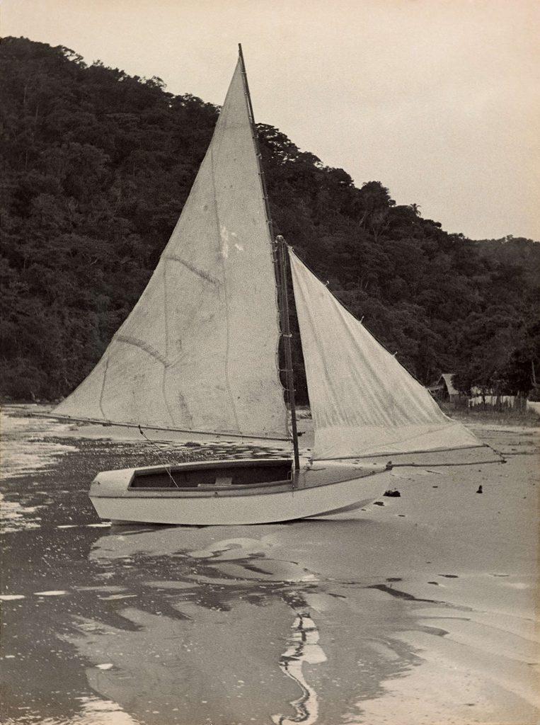 O barquinho que Ballot construiu para percorrer o litoral brasileiro em 1957. Arquivo Henri Ballot / Acervo IMS