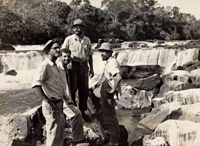 Henri Ballot (sem chapéu) com os irmãos Villas-Bôas durante expedição ao Xingu / Acervo IMS
