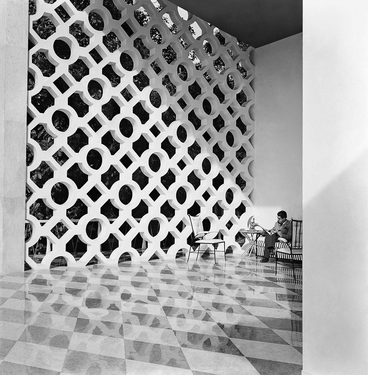 Olavo Redig de Campos na residência de Walther Moreira Salles, c. 1954. Foto de Marcel Gautherot / Acervo IMS