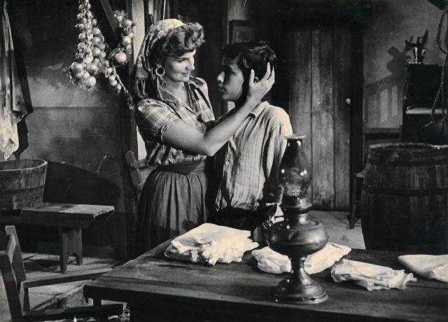 Ivan Lessa contracena com Tônia Carrero no filme <em>Caminhos do sul</em>, de 1949. Arquivo Ivan Lessa / Acervo IMS