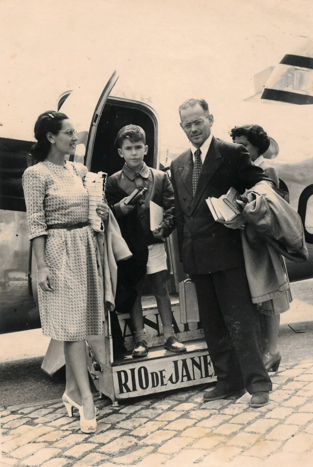 Ivan Lessa entre os pais Elsie e Orígenes Lessa. Arquivo Ivan Lessa / Acervo IMS