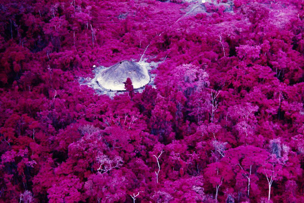 Maloca próxima à missão católica do rio Catrimani, Roraima, filme infravermelho, 1976. Foto © Claudia Andujar