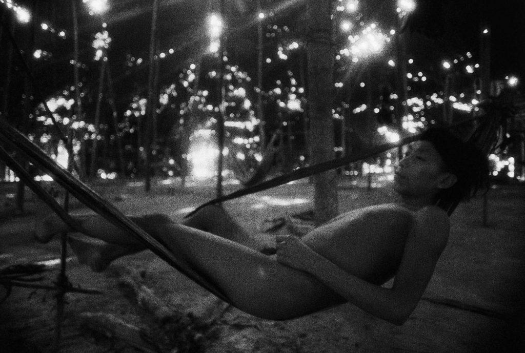 Jovem em rede de embira, Catrimani, Roraima, 1974. Foto © Claudia Andujar