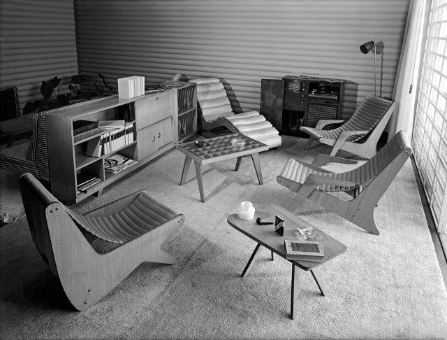 Conjunto de mobiliário da Móveis Artísticos Z na residência do arquiteto Clóvis Felipe Olga. São Paulo, SP, 1950. Foto de Hans Gunter Flieg / Acervo IMS