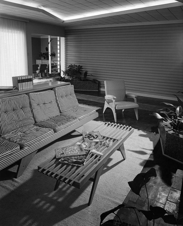 Mobília da Móveis Artísticos Z para sala na residência do arquiteto Clóvis Felipe Olga. São Paulo, SP, 1950. Foto de Hans Gunter Flieg / Acervo IMS