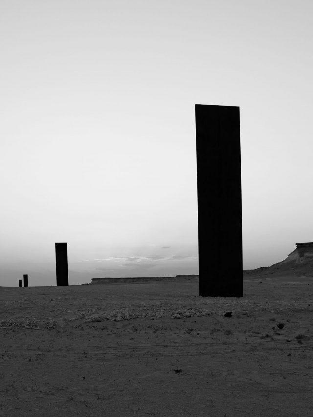 East-West/West-East, 2014. Deserto de Zekreet, Catar. Obra de Richard Serra.  Foto de Cristiano Mascaro
