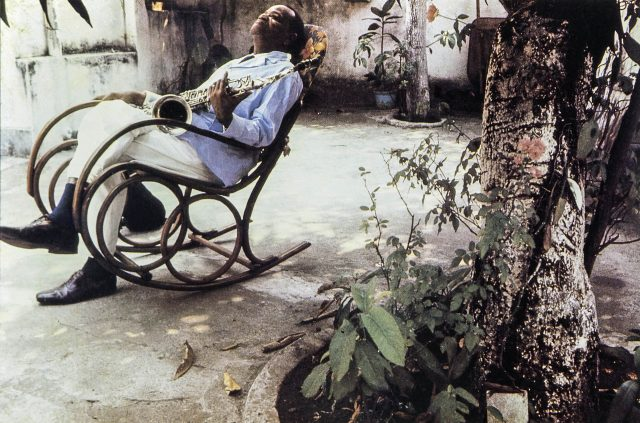 Pixinguinha na cadeira de balanço, no quintal de casa. Foto de Walter Firmo/ Acervo IMS