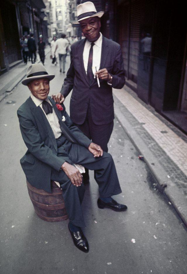 Pixinguinha (de pé) e João da Baiana, Rio de Janeiro. Foto de David Zingg / Acervo IMS