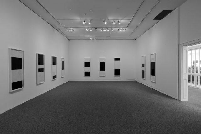 Vista da exposição <em>Richard Serra: desenhos na casa da Gávea</em> no IMS Rio, 2014. Foto de Cristiano Mascaro