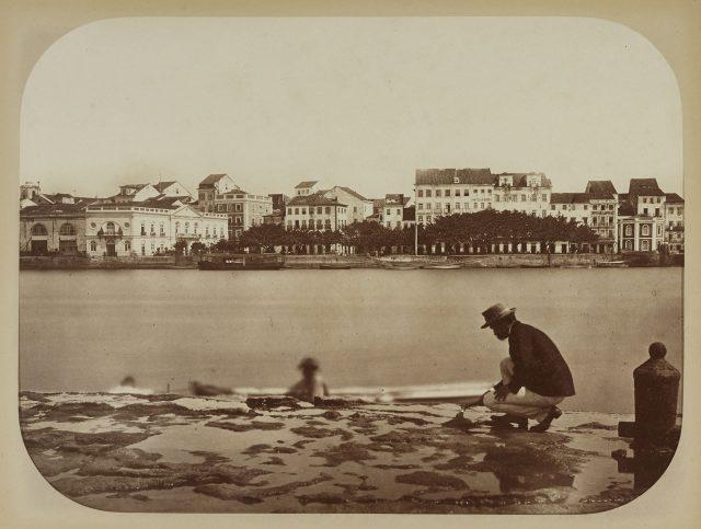 Charles F. Hartt, com a cidade do Recife ao fundo, durante levantamento da Comissão Geológica do Império. Recife, PE, 1875. Fotografia de Marc Ferrez / Acervo IMS