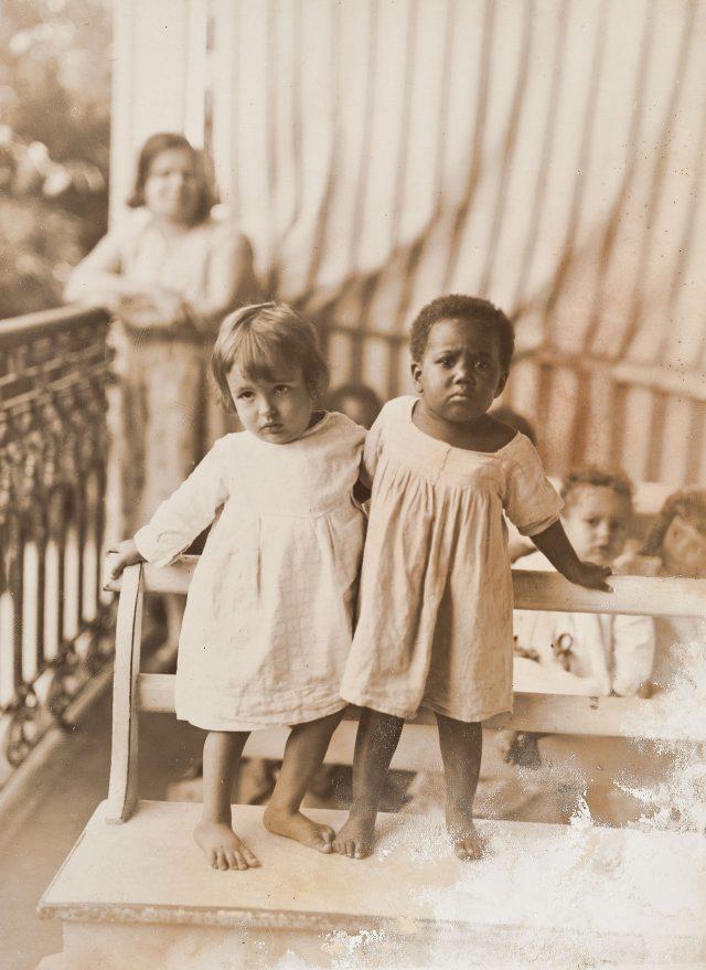 Crianças no pavilhão de observação (Casa dos Expostos). Rio de Janeiro, c. 1920. Fotografia de Augusto Malta / Acervo IHGB