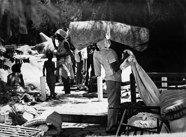 Homem carregando um colchão na cabeça – <em>O Jornal</em>, 23 de janeiro de 1966 (Arquivo Diários Associados-RJ/Acervo IMS)