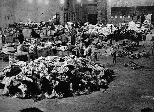 Shopping Center de Copacabana, centro de recolhimento de roupas e gêneros para os flagelados – <em>O Jornal</em>, 18 de janeiro de 1966 (Arquivo Diários Associados-RJ/Acervo IMS)