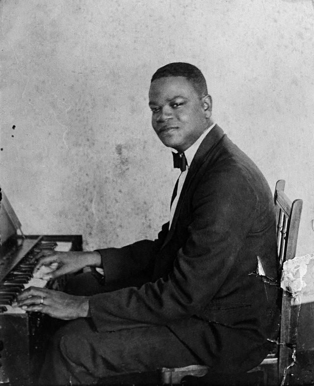 Pixinguinha em Paris, em 1922. Ele e o grupo Oito Batutas se apresentaram por seis meses na capital francesa. Fotógrafo desconhecido. Arquivo Pixinguinha/ Acervo IMS