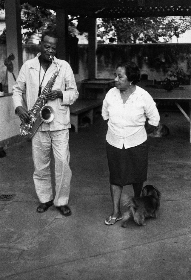 Pixinguinha e sua mulher, Betty, no quintal de casa. Foto de Walter Firmo/ Acervo IMS