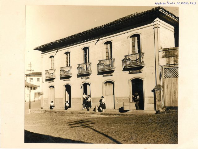 """Arquivista: ao lado da fotografia, Drummond registra: """"Itabira, casa dos meus pais"""". Arquivo Carlos Drummond de Andrade / Acervo IMS"""
