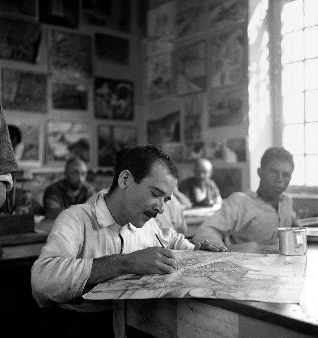 Paciente no Ateliê Livre do Hospital Psiquiátrico do Juquery, em São Paulo, SP, 1950. Foto de Alice Brill / Acervo IMS