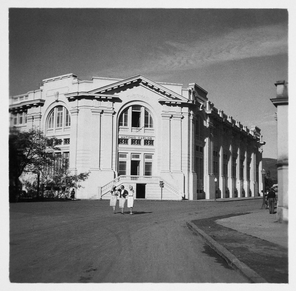 Fachada principal das Thermas Antonio Carlos, na Rua Junqueira. Poços de Caldas, MG, década de 1930 / Arquivo do IEB-USP - Fundo Antonio Candido