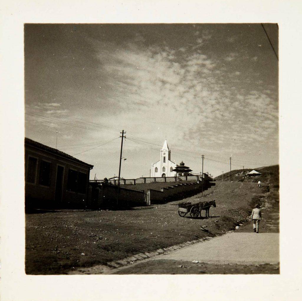 Rua Rio de Janeiro com a Capela de São Benedito ao fundo. Poços de Caldas, MG, década de 1930 / Arquivo do IEB-USP - Fundo Antonio Candido