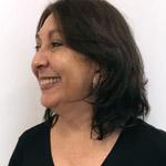 Rosto de Elvia Bezerra, coordenadora de Literatura do IMS, visto de perfil