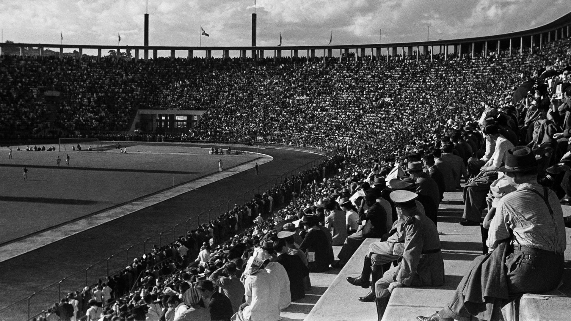 Estádio do Pacaembu, São Paulo, 1945. Foto de Thomaz Farkas/ Acervo IMS