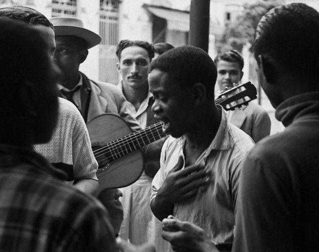 Roda de samba no Rio de Janeiro, 1946. Foto de Thomaz Farkas / Acervo IMS