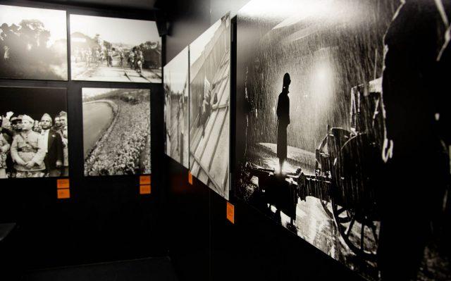 Interior do caminhão-museu com imagens da mostra <em>Conflitos: fotografia e violência política no Brasil 1889-1964</em>, parceria do IMS com a UFMG. Foto de  Wilkie Buzatti Antunes / Divulgação